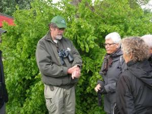 Guide Jan Kjærgaard viser et insekt frem